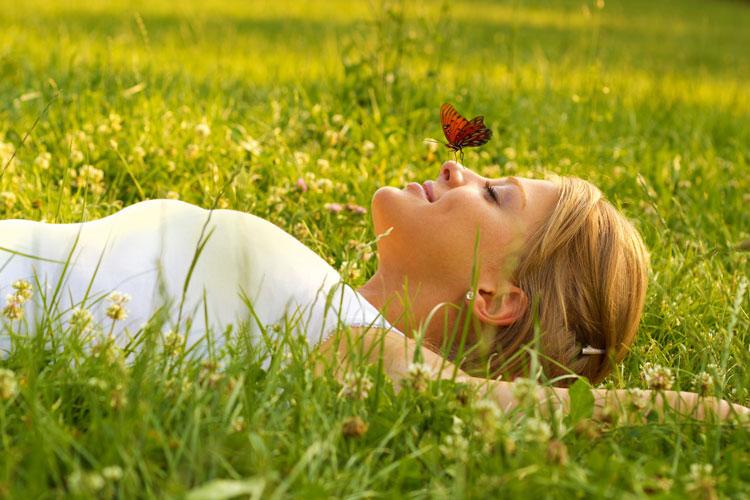 Frau entspannt in der Wiese
